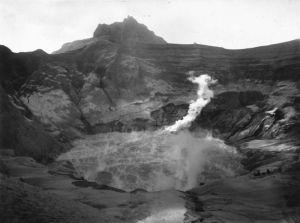 COLLECTIE_TROPENMUSEUM_De_krater_van_de_Gunung_Kelud_na_de_vulkaanuitbarsting_van_1901