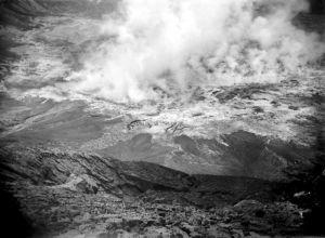 COLLECTIE_TROPENMUSEUM_Solfataren_in_de_krater_van_de_vulkaan_Gunung_Kelud_1919
