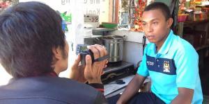 Zaenal, warga Parepare yang membanting kompor pemberian oleh tim salah satu caleg asal Demokrat,setelah diminta paksa.