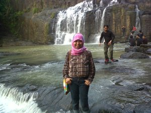 Salmawati di Air terjun Parangloe